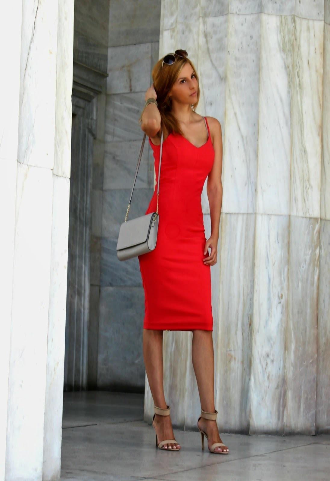 Красное платье и бежевые босоножки
