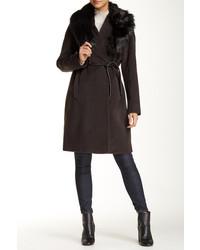 Abrigo con cuello de piel en marrón oscuro