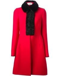 Abrigo con cuello de piel rojo de Valentino