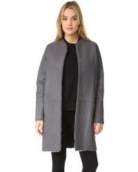 Abrigo de piel de oveja en gris oscuro de Vince