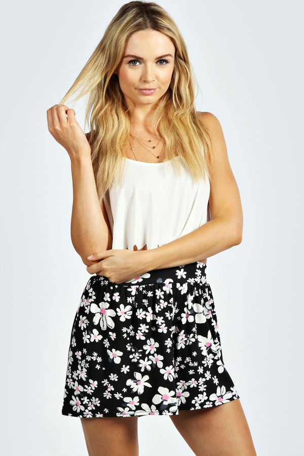 Boohoo Matilda Daisy Print Flippy Jersey Shorts | Where to buy ...
