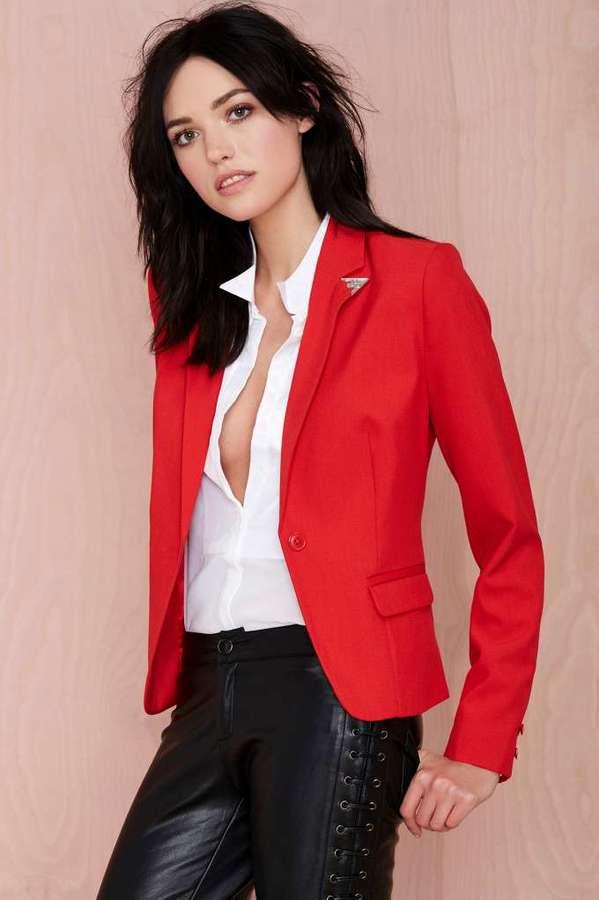 Como combinar un blazer rojo de mujer