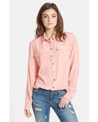 Blusa de botones rosada de Vince Camuto