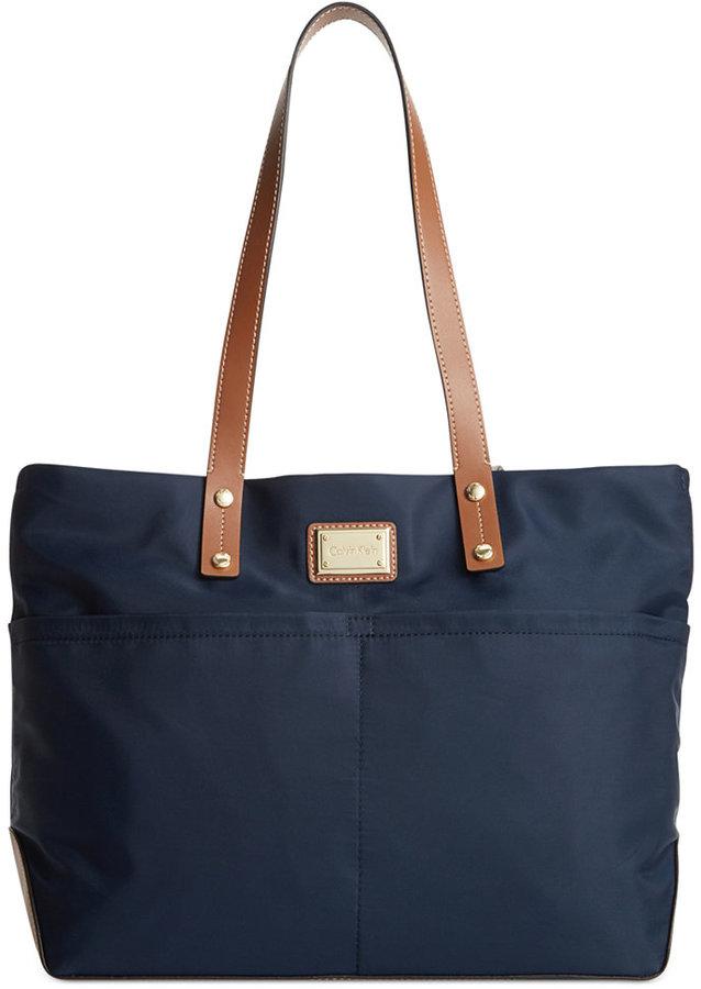 Bolsa tote de lona azul marino de Calvin Klein  dónde comprar y cómo ... 5a8a374340