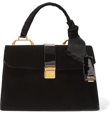 Bolsa tote de terciopelo negra de Miu Miu  dónde comprar y cómo combinar 0c9c2ed0c5
