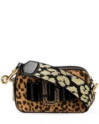 Bolso bandolera de ante de leopardo marrón claro de Marc Jacobs