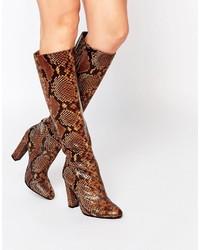 Botas de caña alta de cuero con print de serpiente en tabaco