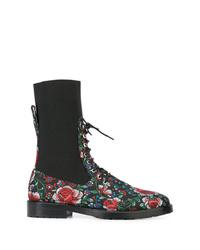 Botines con cordones de cuero con print de flores negros de Leandra Medine