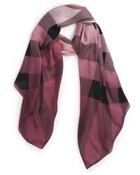 Bufanda de seda a cuadros rosada de Burberry