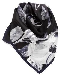 Bufanda de seda con print de flores negra de Vince Camuto