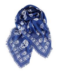 Bufanda estampada en azul marino y blanco de Alexander McQueen