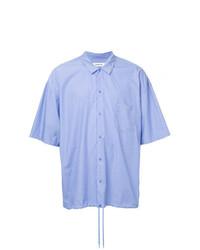 Camisa de manga corta de rayas verticales celeste de Monkey Time