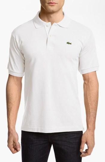 Camisa polo blanca de Lacoste  dónde comprar y cómo combinar 4f29d94512