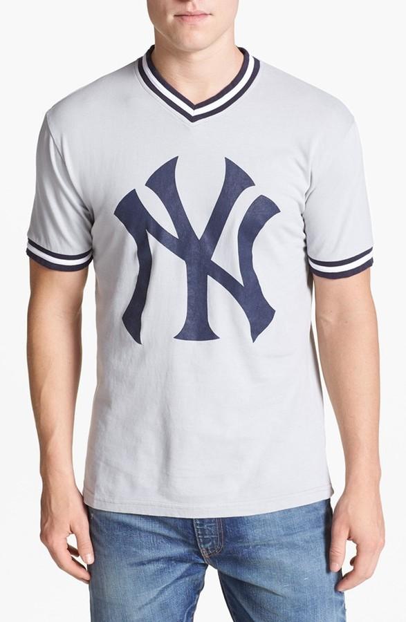 97fec8eee7681 ... Camiseta con cuello en v estampada gris de New York Yankees ...