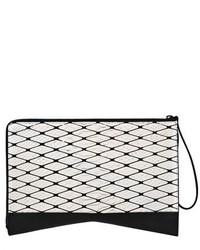 Cartera sobre de cuero con estampado geométrico en negro y blanco