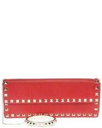 Cartera sobre de cuero con tachuelas roja de Valentino Garavani