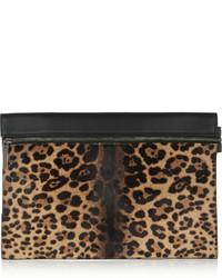 Cartera sobre de cuero de leopardo marrón claro de Victoria Beckham
