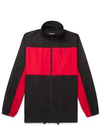 Chubasquero en rojo y negro
