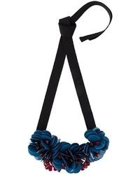 Collar con print de flores azul marino de P.A.R.O.S.H.