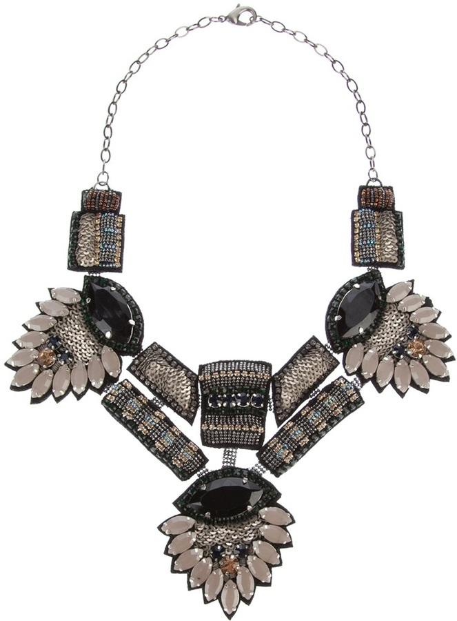 Collar plateado de Deepa Gurnani