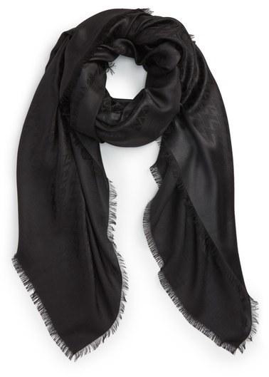 528b580047be Écharpe en soie noire Valentino  Où acheter et comment porter
