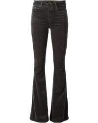 Opte pour un t-shirt à manche longue beige avec un jean flare pour une tenue raffinée mais idéale le week-end.