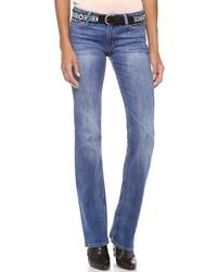 Choisis pour le confort dans un pull surdimensionné en tricot gris foncé et un jean.
