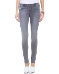 Opte pour le confort dans un pull surdimensionné en tricot gris foncé et un jean skinny.