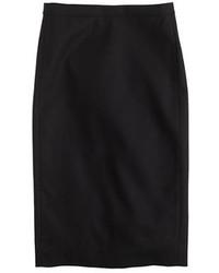 Opte pour un look sophistiqué avec des bottines à lacets en daim noires et une jupe crayon.