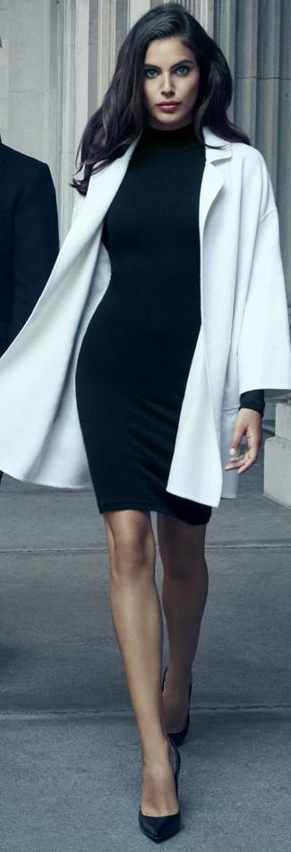 Cómo combinar: abrigo blanco, vestido ajustado negro, zapatos de tacón de cuero negros
