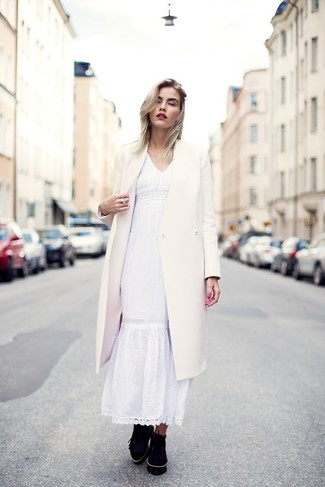 Cómo combinar: abrigo blanco, vestido campesino blanco, zapatos derby de ante negros, pendientes transparentes