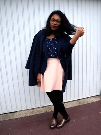 Cómo combinar: abrigo azul marino, blazer azul marino, blusa sin mangas estampada en azul marino y blanco, falda skater rosada