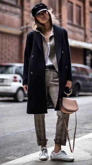 Cómo combinar: abrigo negro, blazer gris, camiseta con cuello en v blanca, pantalón de vestir de tartán gris