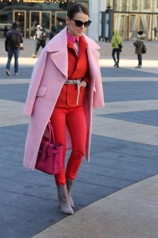 Cómo combinar: abrigo rosado, blazer cruzado rojo, jersey con cuello circular de angora rosado, camisa de vestir rosa