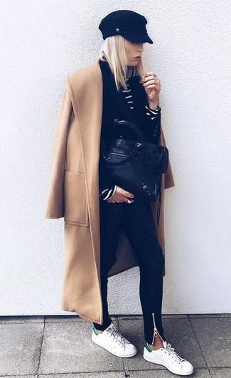 Cómo combinar: abrigo marrón claro, blazer cruzado negro, jersey de cuello alto de rayas horizontales en negro y blanco, vaqueros pitillo negros