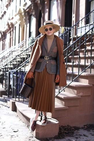 Cómo combinar: abrigo en tabaco, blazer de lana a cuadros marrón, jersey de cuello alto marrón claro, falda midi plisada en tabaco