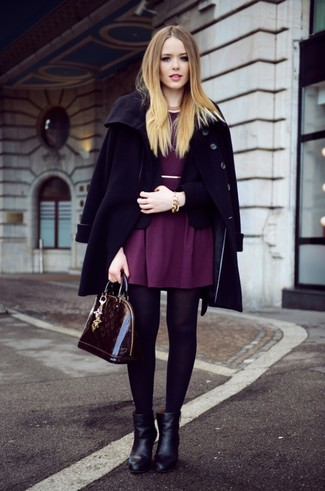Cómo combinar: abrigo negro, blazer negro, vestido skater morado, botines de cuero negros