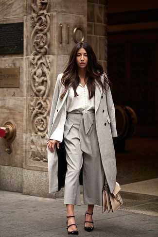 Cómo combinar: abrigo gris, blusa de botones blanca, falda pantalón gris, zapatos de tacón de ante negros