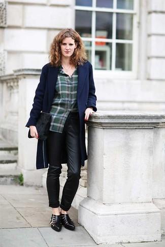 Cómo combinar: abrigo azul marino, blusa de botones de tartán verde oscuro, pantalones pitillo de cuero negros, botines de cuero con recorte negros