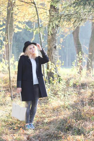 Cómo combinar: abrigo negro, blusa de botones celeste, vaqueros pitillo grises, zapatillas slip-on estampadas azules