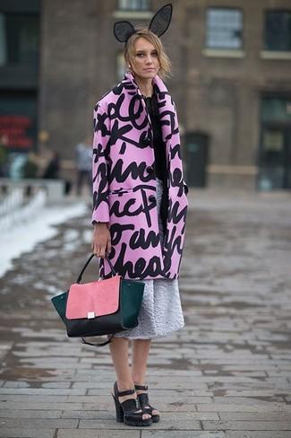 Cómo combinar: abrigo estampado rosado, blusa de manga larga de gasa negra, falda campana con relieve gris, sandalias de tacón de cuero gruesas negras