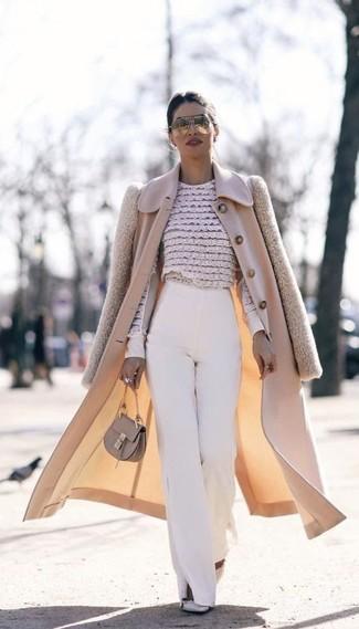 Cómo combinar: abrigo en beige, blusa de manga larga de encaje con print de flores en beige, pantalones anchos blancos, zapatos de tacón de cuero con tachuelas grises