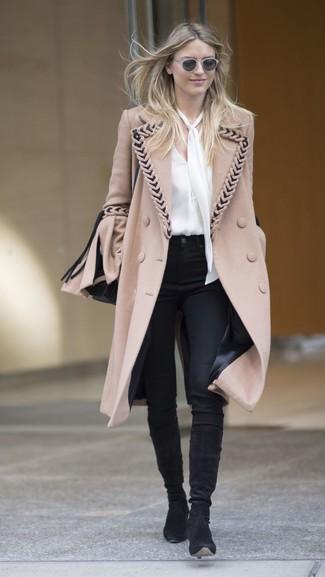 Cómo combinar: abrigo marrón claro, blusa de manga larga de seda blanca, pantalones pitillo negros, botas de caña alta de ante negras