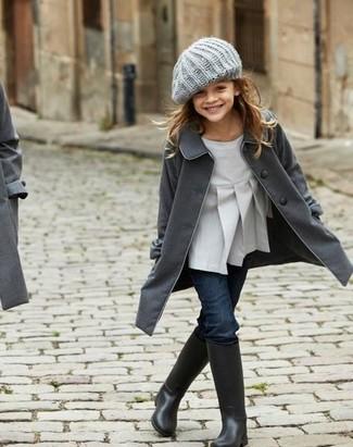 Cómo combinar: abrigo en gris oscuro, blusa de manga larga gris, vaqueros azul marino, botas de lluvia negras