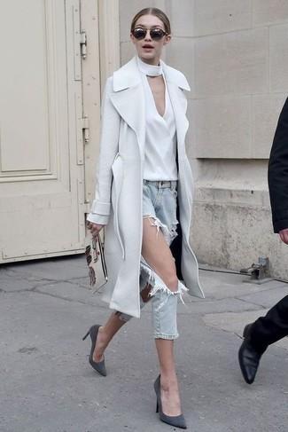 Cómo combinar: abrigo blanco, blusa de manga larga blanca, vaqueros desgastados celestes, zapatos de tacón de ante en gris oscuro