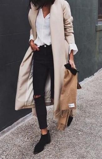 Cómo combinar: abrigo en beige, blusa de manga larga blanca, vaqueros pitillo desgastados negros, botines chelsea de ante negros