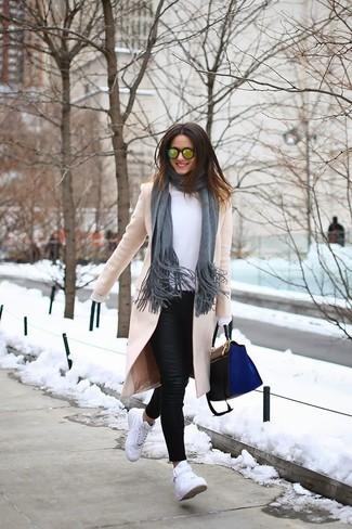 Cómo combinar: abrigo en beige, blusa de manga larga blanca, vaqueros pitillo de cuero negros, zapatillas altas blancas