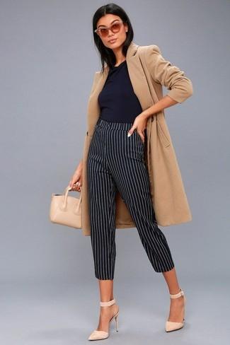 Cómo combinar: abrigo marrón claro, blusa sin mangas negra, pantalones pitillo de rayas verticales en negro y blanco, zapatos de tacón de ante en beige