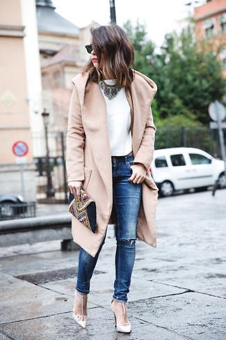 Cómo combinar: abrigo marrón claro, blusa sin mangas de seda blanca, vaqueros pitillo desgastados azules, zapatos de tacón de cuero blancos