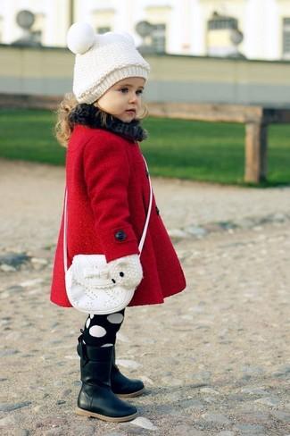 Cómo combinar: abrigo rojo, botas negras, bolso blanco, gorro blanco